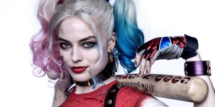 Margot Robbie Spotted Reading Harley Quinn Valentine S Day