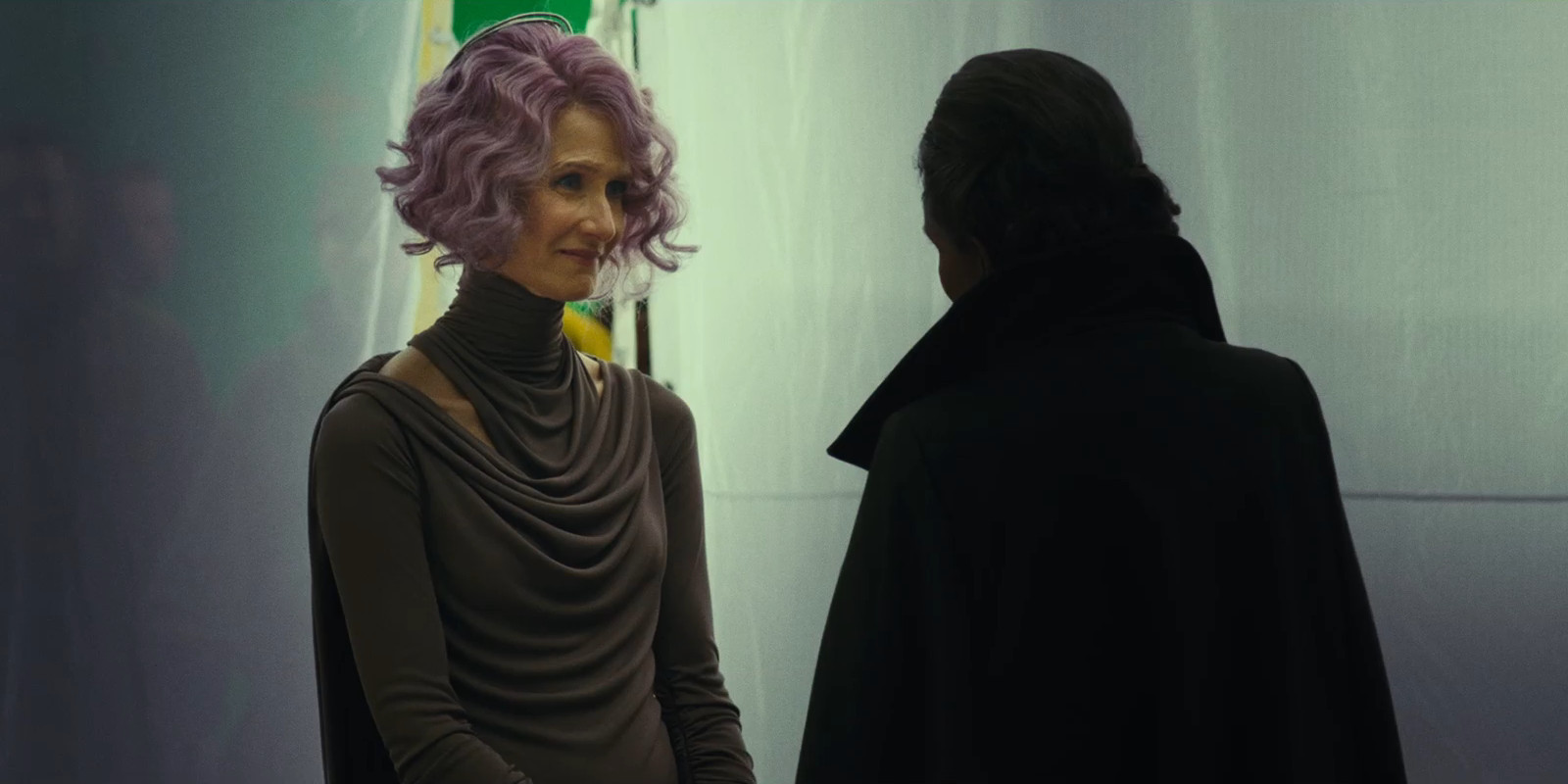 TLJ - Nailing down the timeline (NO SPOILERS) - Page 21 Star-Wars-The-Last-Jedi-Laura-Dern-as-Admiral-Holdo-and-Carrie-Fisher-as-General-Leia-Organa-Behind-the-Scenes