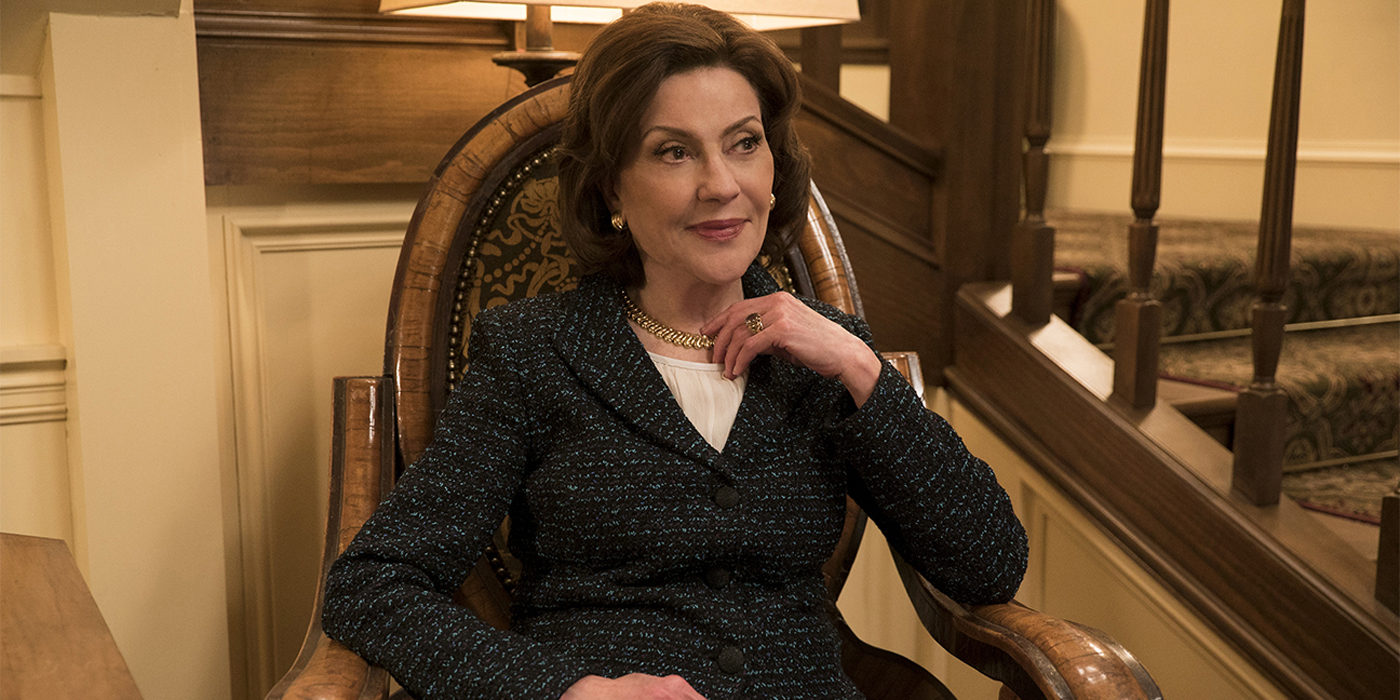 Kelly Bishop sits in a chair in Gilmore Girls.