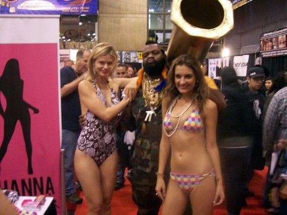 NYCC 2011 Cosplay Mr.T Babes in Bikinis 570x427 NYCC 2011 Cosplay   Mr.T & Babes in Bikinis