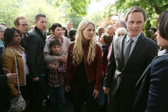 Once Upon a Time Season 2 Premiere Photos Regina stands her ground 570x380 RAPHAEL SBARGE, JOSH DALLAS, JARED GILMORE, GINNIFER GOODWIN, JENNIFER MORRISON, DAVID ANDERS, LANA PARRILLA