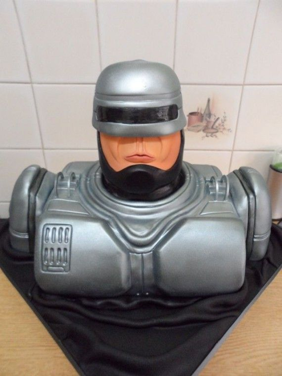 Robocop Cake 570x759 SR Geek Picks: Man of Steel & The Incredibles Trailer, Every Tarantino Pop Culture Reference, The Perfect Bond, & More!
