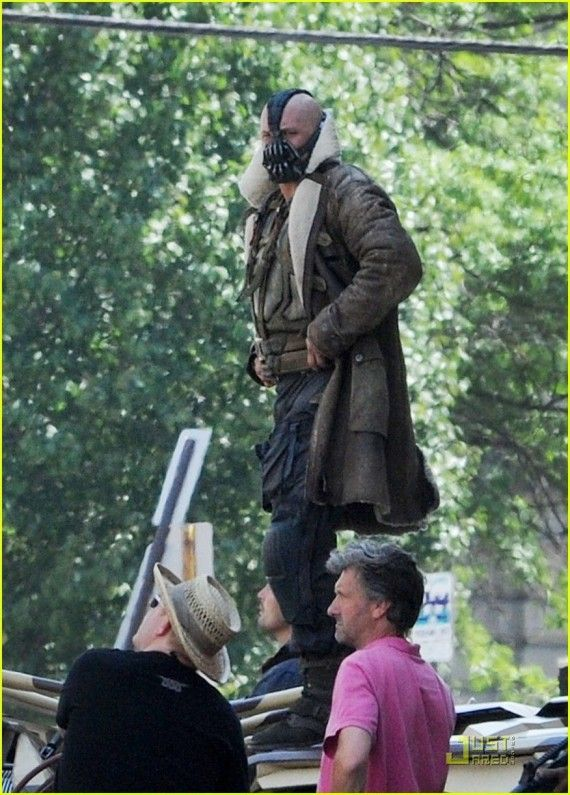 Tom Hardy Bane Dark Knight Rises2 570x795 Banes Full Costume Revealed in Dark Knight Rises Set Images