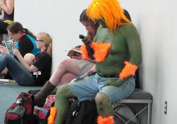 blanka cell phone comic con 2011 570x400 blanka cell phone comic con 2011