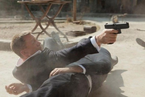 daniel craig gun skyfall 570x380 James Bond in a Gunfight in Skyfall
