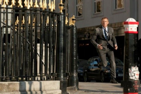daniel craig running skyfall 570x380 James Bond on the Run in London in Skyfall